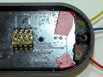 Sellado realizado con cola en caliente para evitar que un tirón suelte los cables.
