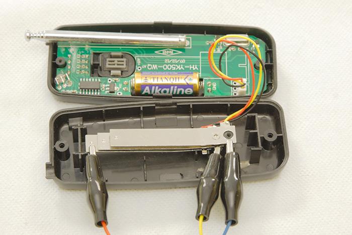 Conectando las pinzas a las placas de disparo del Mando RF Emisor.